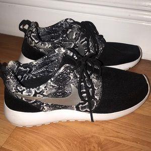 Women's Nike Roshe Run shoe